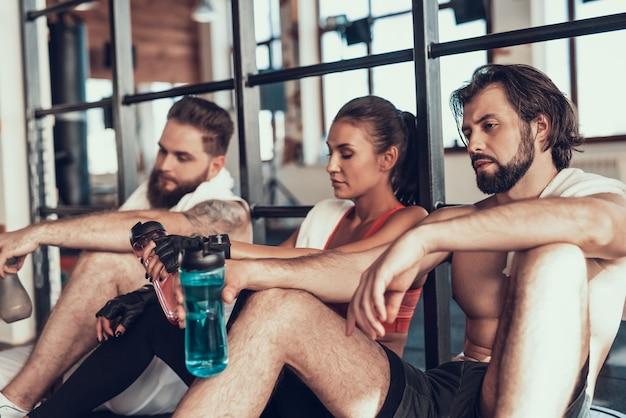Menschen nach einem harten training im fitnessstudio.
