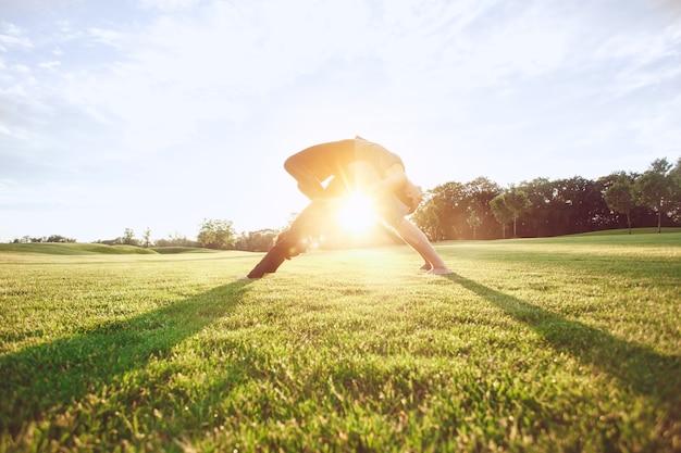 Menschen praktizieren acro-yoga im freien gesunder lebensstil