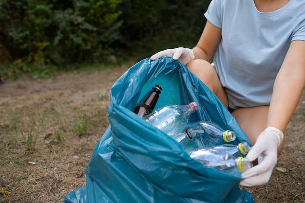 Menschen reinigen müll aus der natur