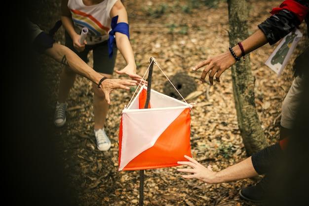 Menschen rennen zu einem orientierungspunkt