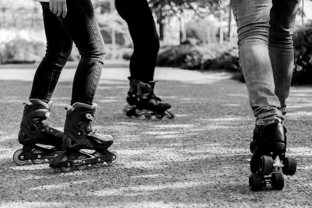 Menschen rollschuhlaufen im park