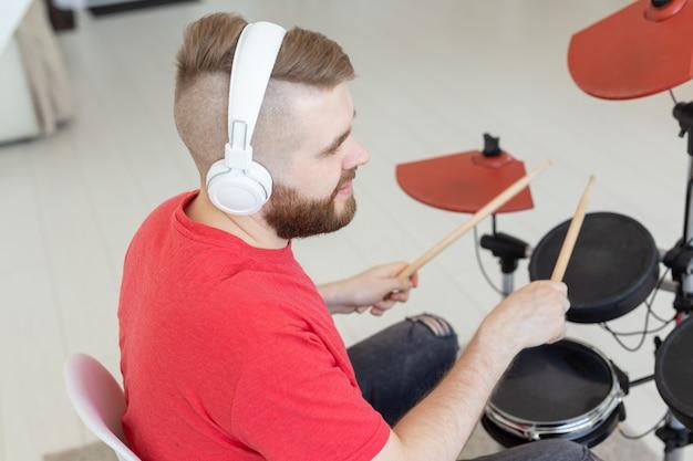 Menschen, schlagzeug und hobby-konzept - nahaufnahme seitenansicht des musikers mit schlaginstrument