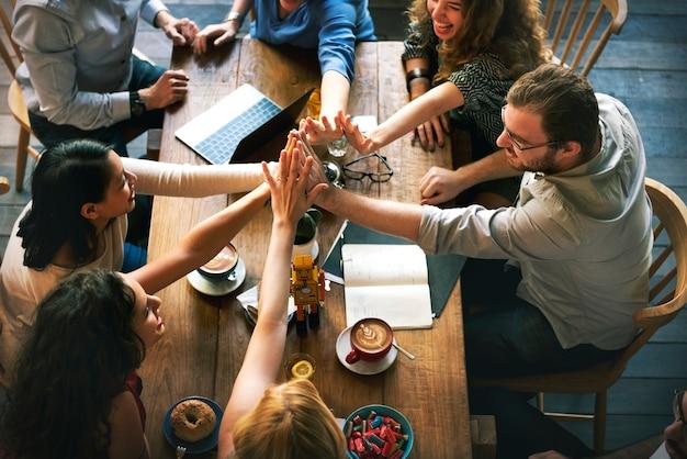 Menschen schließen sich als teamarbeit zusammen