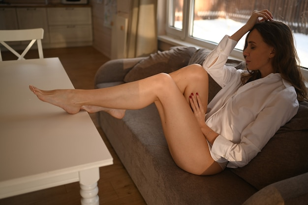 Menschen schönheit depilation epilation körperpflege konzept junge schlanke frau im weißen hemd lang perfekt