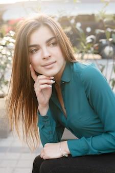 Menschen, schönheit, mode, lifestyle und farbkonzept - ganzkörperporträt im freien eines jungen, schönen, glücklich lächelnden mädchens, das auf der straße posiert. modell blick in die kamera. dame in stilvoller kleidung