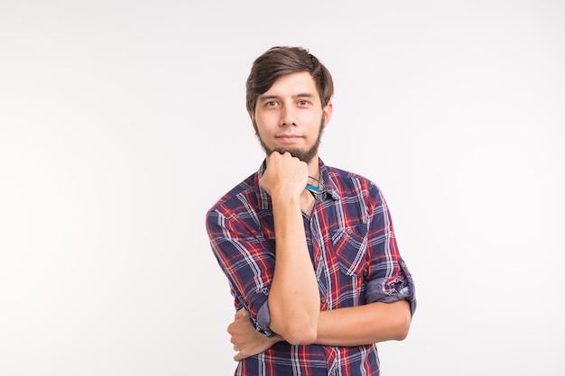 Menschen-, schönheits- und porträtkonzept - nahaufnahme des porträts des jungen mannes in gläsern auf weißem hintergrund.