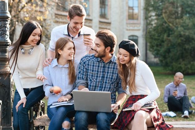 Menschen sind studenten und sie lernen zusammen. Premium Fotos