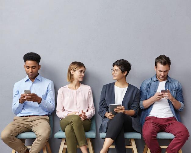 Menschen sitzen nebeneinander auf stühlen
