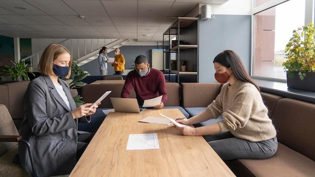 Menschen soziale distanzierung bei der arbeit