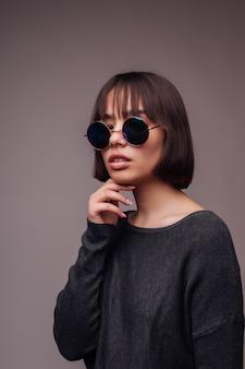 Menschen, stil und modekonzept - glückliche junge frau oder jugendlich mädchen in freizeitkleidung und sonnenbrille