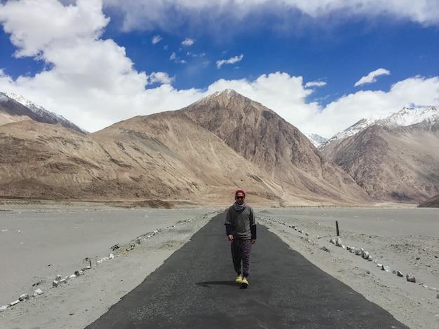 Menschen stolpern expedition freizeit zu fuß