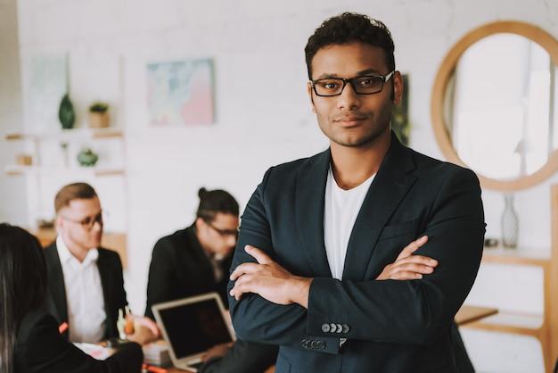 Menschen tragen business-anzüge zur arbeit