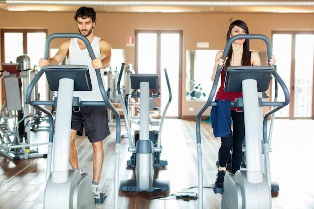 Menschen trainieren in einem fitnessstudio