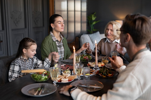 Menschen treffen sich zum familientreffen