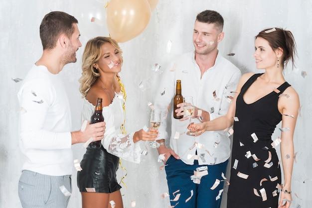 Menschen trinken alkohol auf party