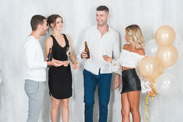 Menschen trinken alkohol und lachen