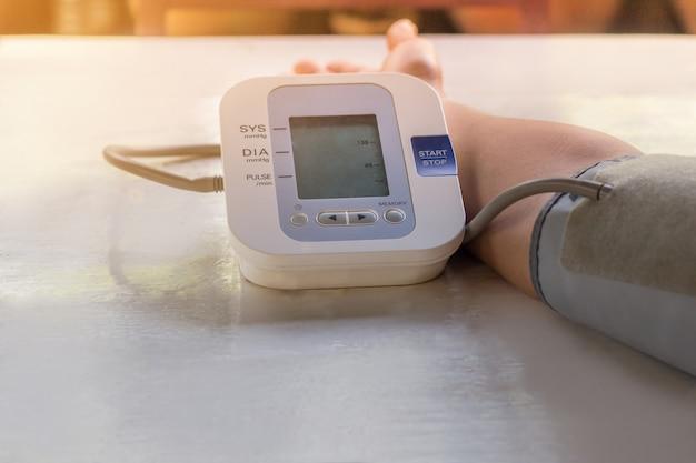 Menschen überprüfen blutdruckmessgerät und herzfrequenzmessgerät mit digitalem druck.