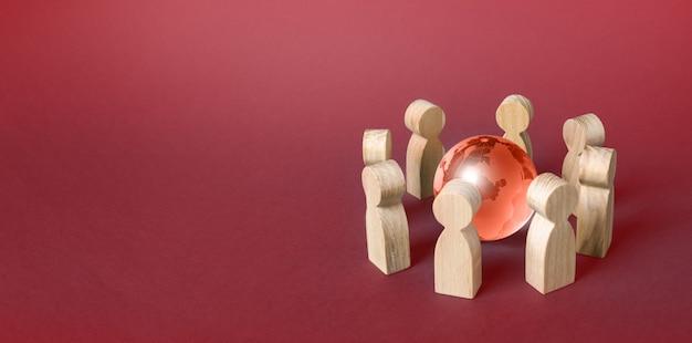 Menschen umgeben eine rote kugel des planeten erde