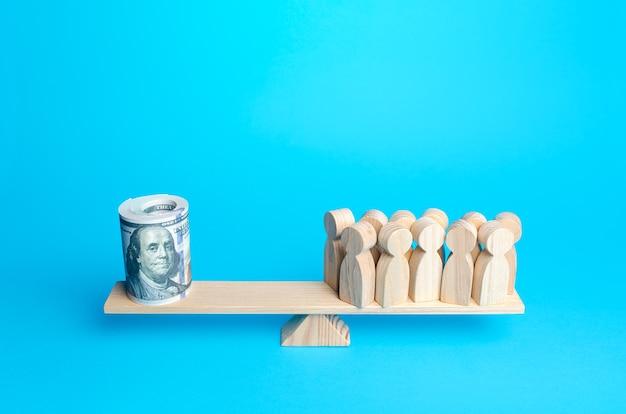 Menschen und aufgerolltes dollarbündel auf waage finanzielle unterstützung für schutzbedürftige gruppen