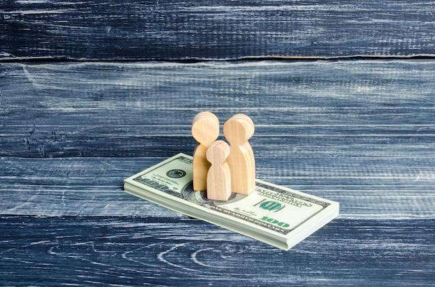 Menschen und ein kind stehen auf einem dollarstapel. die leute stehen auf dem geld.