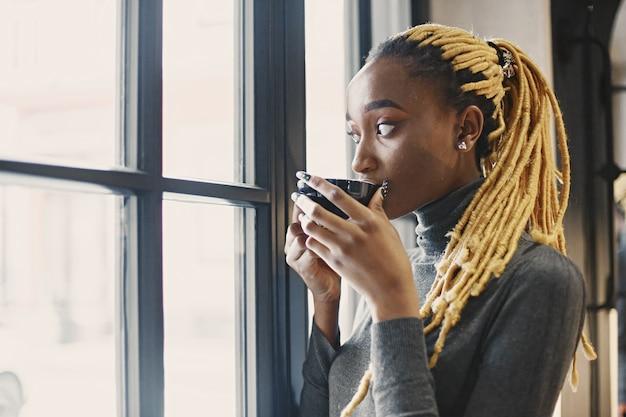 Menschen- und freizeitkonzept. kopfschuss des schönen afrikanischen mädchens. frau in einem grauen pullover.