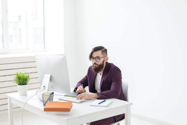 Menschen und technologiekonzept attraktiver mann mit bart in lila jacke, der an der arbeit arbeitet