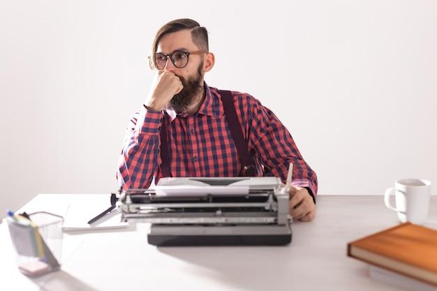 Menschen- und technologiekonzeptporträt des schriftstellers, der an der schreibmaschine arbeitet
