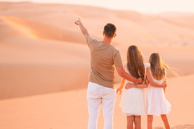 Menschen unter dünen in der wüste in den vereinigten arabischen emiraten