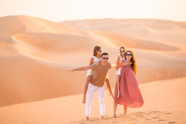 Menschen unter dünen in der wüste rub al-khali in den vereinigten arabischen emiraten