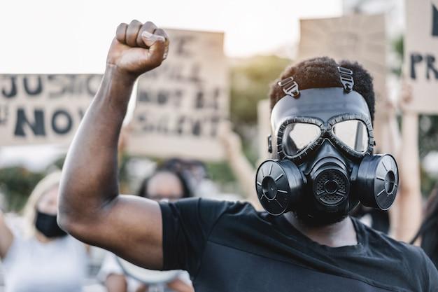 Menschen unterschiedlicher kulturen und rassen protestieren auf der straße für gleiche rechte