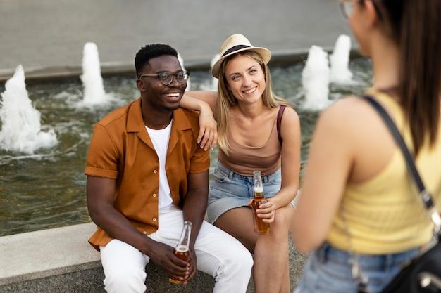 Menschen verbringen im sommer zeit zusammen draußen