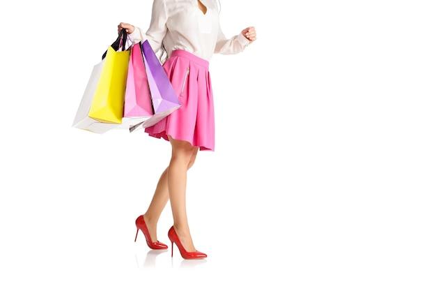 Menschen, verkauf, schwarzer freitag konzept - frau mit einkaufstüten lokalisiert auf weißem hintergrund