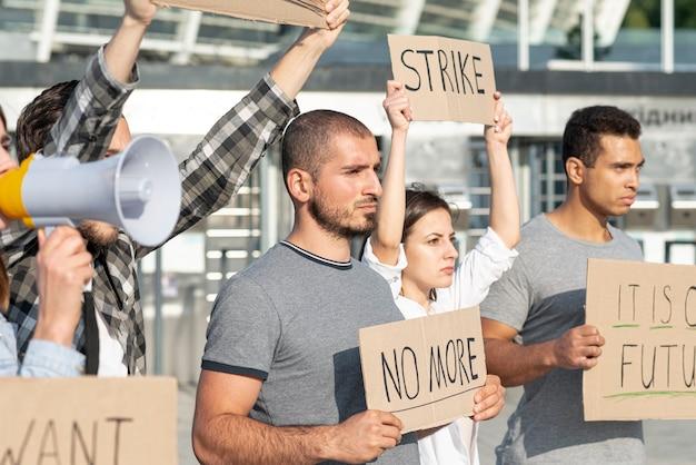 Menschen versammelten sich zum protest