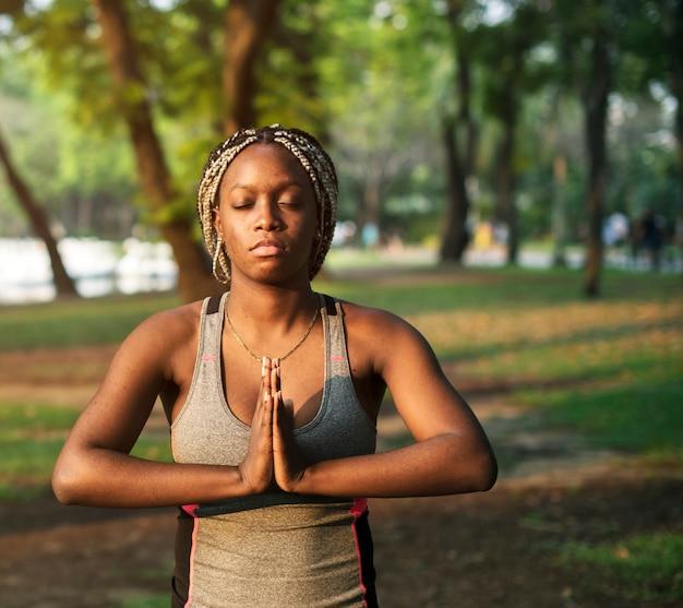 Menschen yoga in einem park