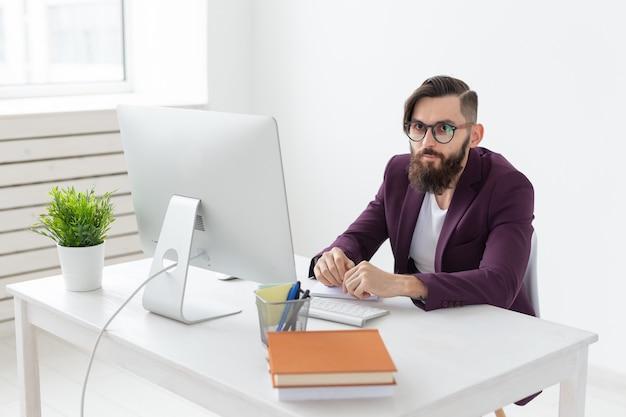 Menschendesigner und technologiekonzeptkünstler, die am computer arbeiten