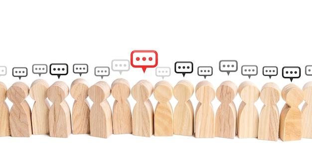 Menschenfiguren mit kommentarwolken über ihren köpfen kommunikation in der zivilgesellschaft zusammenarbeit und zusammenarbeit