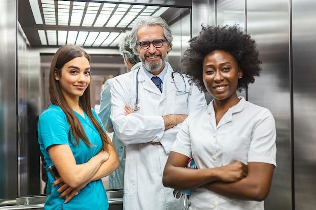 Menschengruppe des medizinischen personals. team von arzt und krankenschwester im krankenhausaufzug.