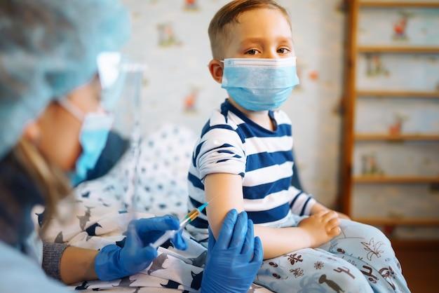 Menschenimpfkonzept für die gesundheit der immunität. covid19.