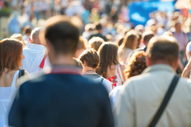 Menschenmenge, die auf der belebten stadtstraße spaziert.