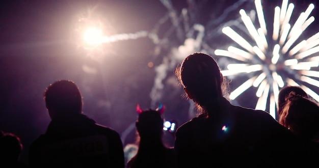 Menschenmenge guckt feuerwerk und feiert nachts