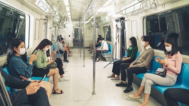Menschenmenge mit gesichtsmaske auf einer überfüllten öffentlichen u-bahn-reise