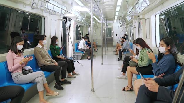 Menschenmenge mit gesichtsmaske
