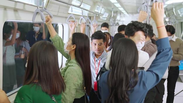 Menschenmenge mit gesichtsmasken