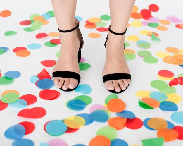Menschliche bein-füße stehend beschuht buntes konzept
