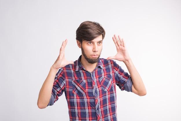 Menschliche emotion, gesichtsausdruckkonzept - bärtiger mann, der zwei hände vor ihm hält und zeigt