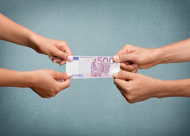 Menschliche hände, die euro-banknote auf hintergrund halten