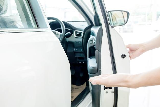 Menschliche hände, die leute begrüßen, um chauffeursitz zu gehen