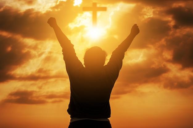 Menschliche hände öffnen die anbetung. eucharistie-therapie segne gott, der hilft, buße zu tun. hintergrund des christlichen religionskonzepts. kampf und sieg für gott