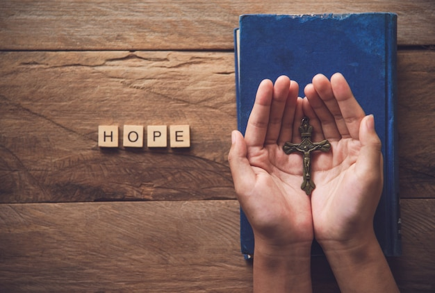 Menschliche hände öffnen die handfläche von christian für segen und hoffnungen. bete zu gott
