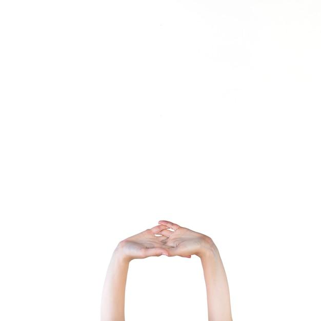 Menschliche hand, die auf weißen hintergrund ausdehnt